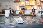 enfants autour du bassin découverte batellerie de Loire