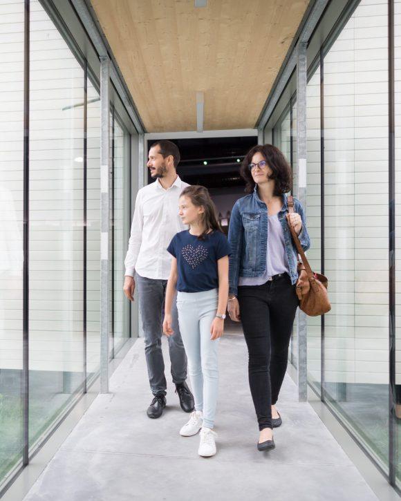 famille dans les couloirs de TERRE D'ESTUAIRE