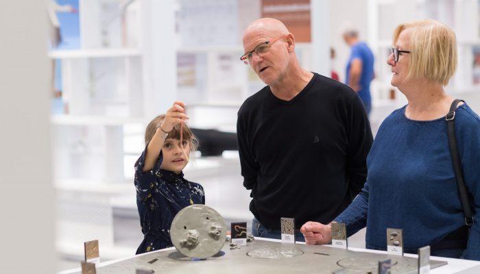 famille autour des expériences scientifiques dans espace expérimenter TERRE D'ESTUAIRE