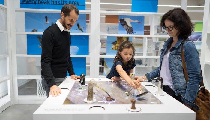 famille autour de l'expérience scientifique oiseaux Terre d'estuaire