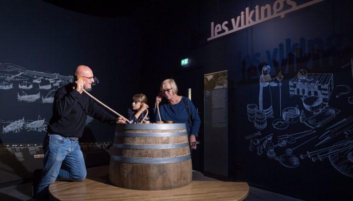 Visiteurs dans espace Vikings Terre d'estuaire